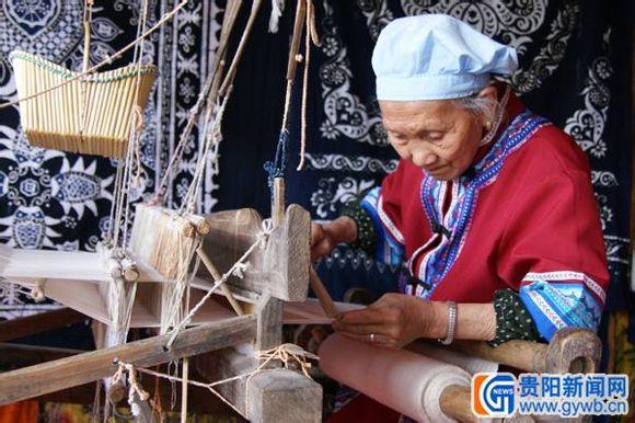 Tujoia seamstress finishing batique